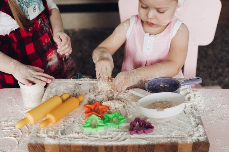 Vue en haut des filles mignonnes jouant avec la pâte à la cuisine photo libre de droits