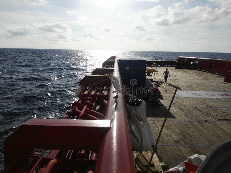 Vue en mer de soirée de navire de soutien photo stock