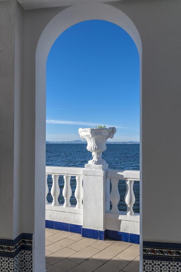 Vue en mer et la montagne avec la balustrade photographie stock libre de droits