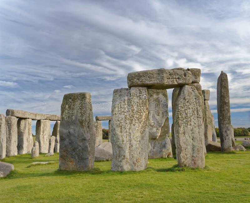 Vue en pierre de henge des pierres debout au coucher du soleil lumière païenne photo libre de droits