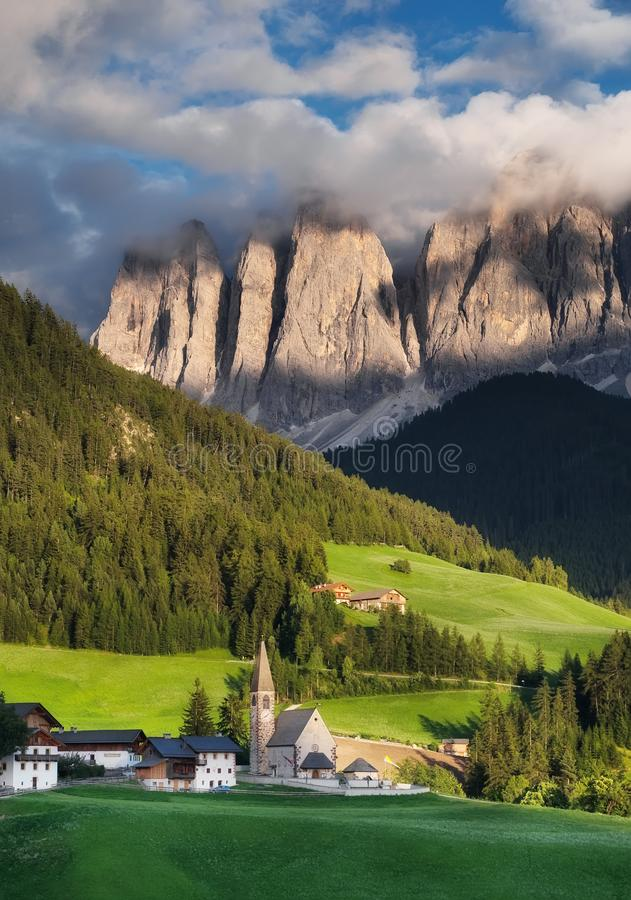 Vue en village de Santa Maddalena dans les Alpes de dolomite, Italie Paysage naturel dans les montagnes de l'Italie images libres de droits