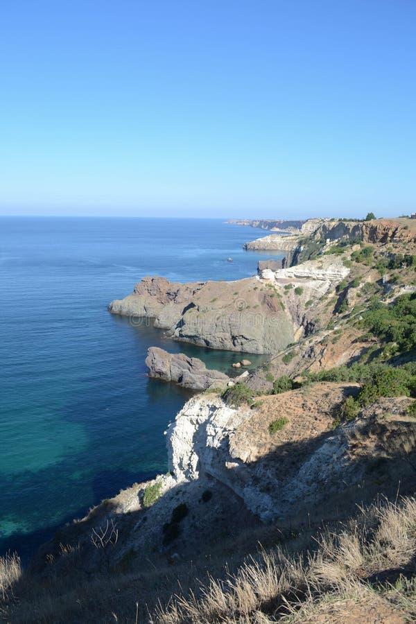 Vue ensoleillée lumineuse de la mer de la falaise photos stock