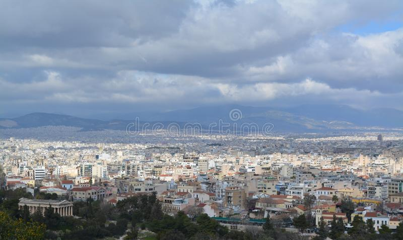 Vue ensoleillée vers Athènes d'en haut photos stock