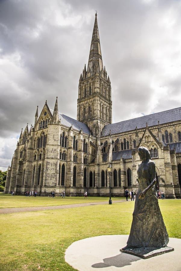 Vue et parc de cathédrale de Salisbury autour de lui photos libres de droits