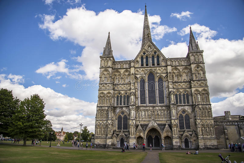 Vue et parc de cathédrale de Salisbury autour de lui images stock