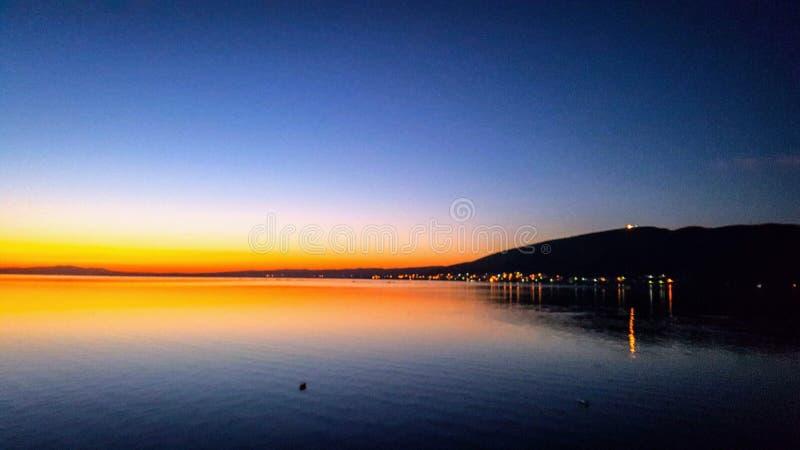 Vue et réflexion de coucher du soleil vers la mer photo stock