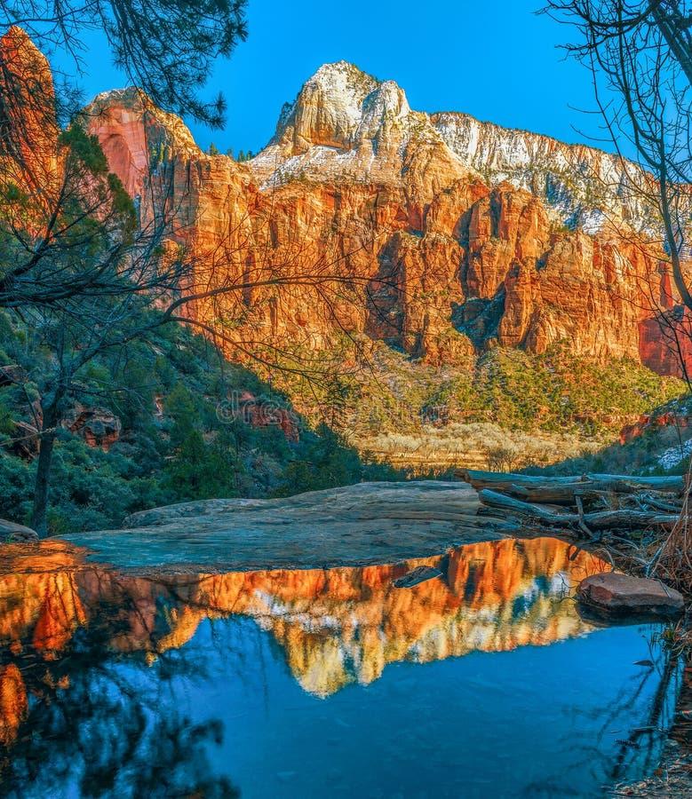 Vue et réflexion des montagnes neigeuses de la traînée d'Emerald Pool Zion National Park l'utah LES Etats-Unis images stock