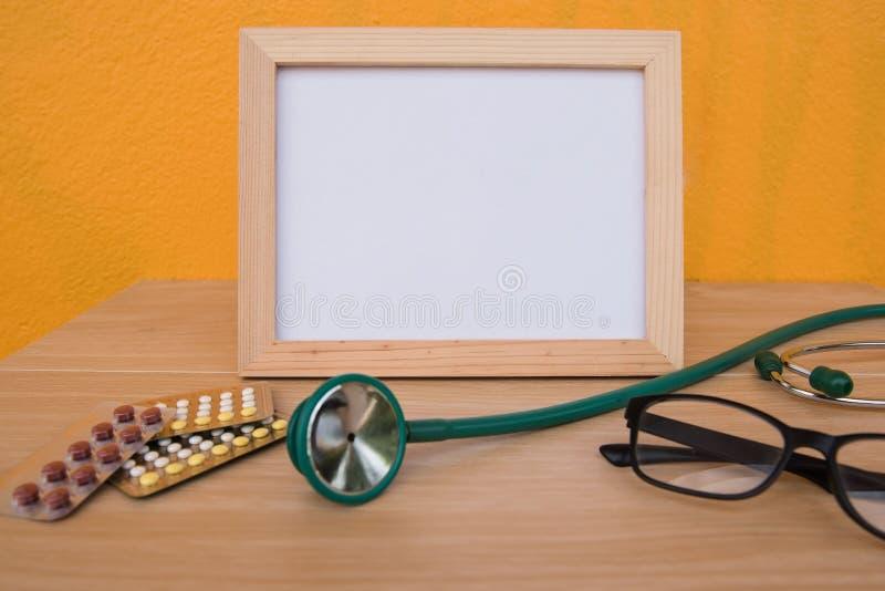Vue et stéthoscope de photo sur un en bois photographie stock