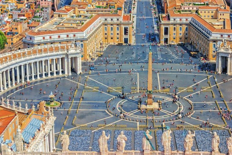 Vue et statues de Vatican sur le dessus de la basilique de St Peter images stock