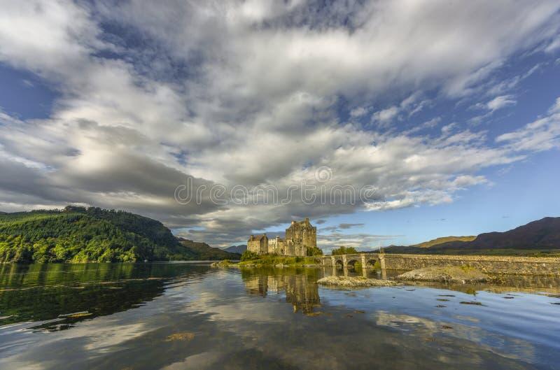 Vue exceptionnelle de château d'Eilean Donan, loch Duich, Kyle de Lochalsh, montagnes, Ecosse, Royaume-Uni image stock