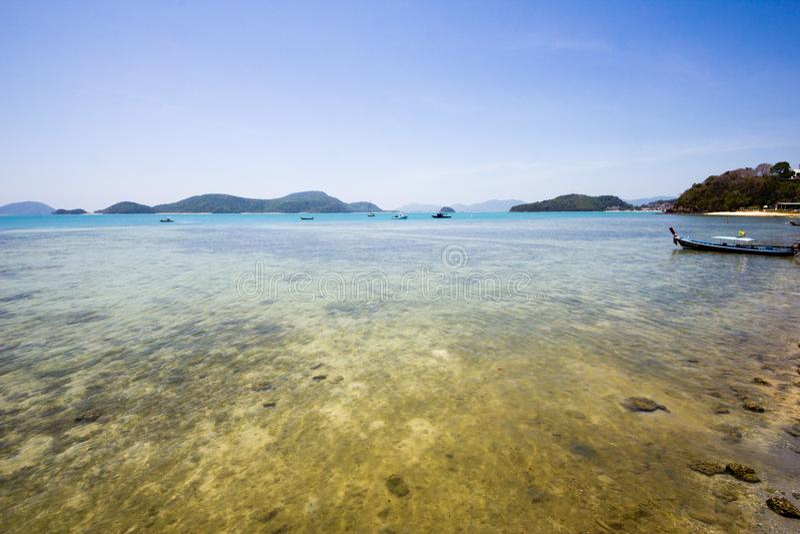 Vue expansive d'un récif peu profond à une île tropicale photographie stock libre de droits