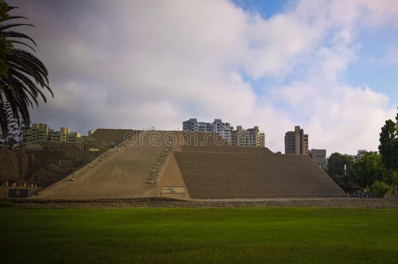 Vue extérieure à la pyramide de Huaca Huallamarca, Lima, Pérou photographie stock