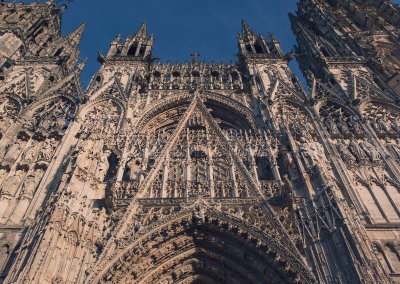 Vue extérieure de Cathedrale de saint de Rouen en ciel clair photo stock