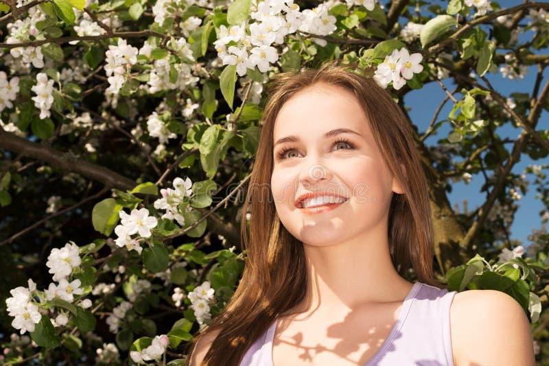 Vue extérieure de jeune femme attirante. photos libres de droits