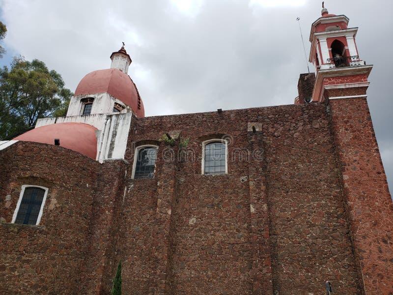 vue extérieure de l'église catholique le calvaire de la ville de Metepec, au Mexique, vue de côté photo libre de droits