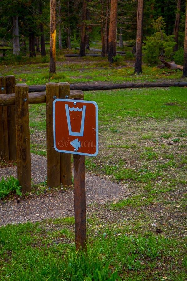 Vue extérieure de signe instructif située au camp grand de Teton photographie stock libre de droits