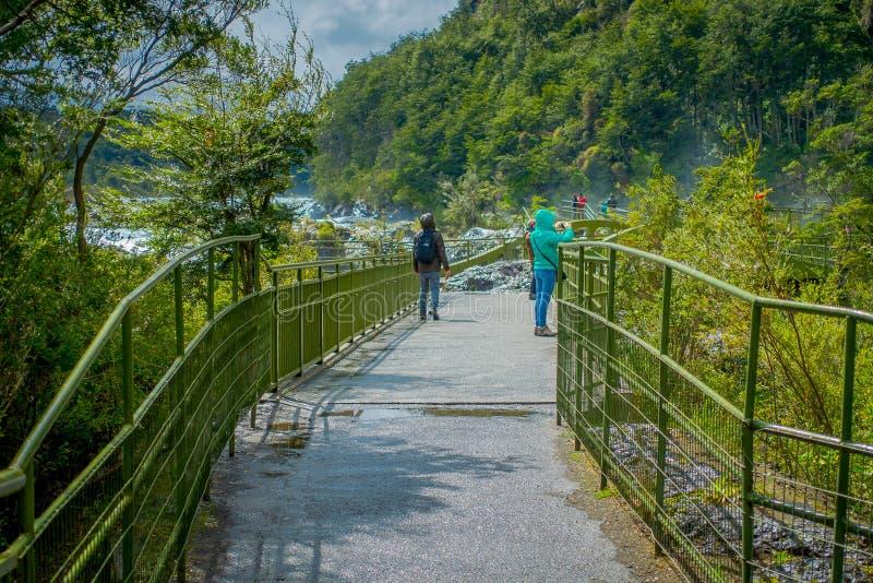 Vue extérieure des personnes non identifiées appréciant les belles cascades en Saltos de Petrohue, Chili images stock