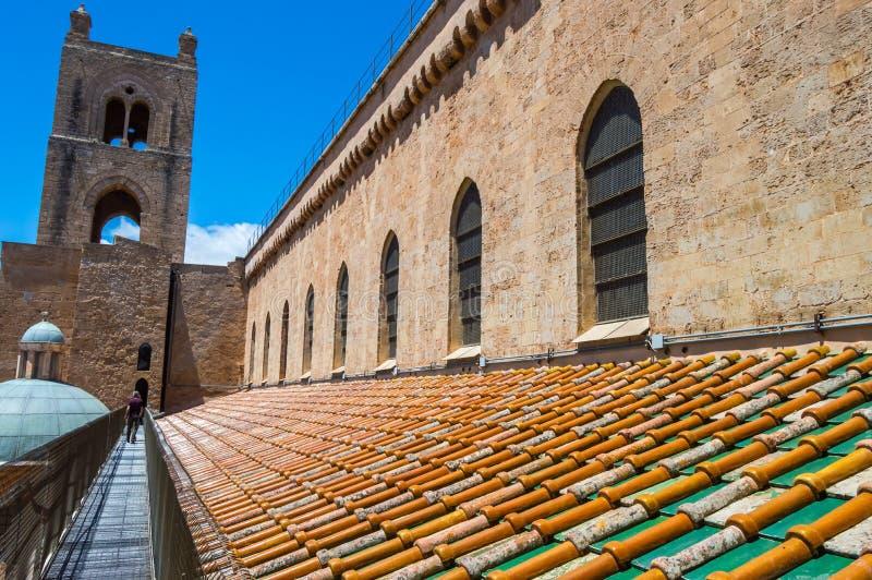 Vue extérieure du toit et de celui des tours de Santa Mar photos stock