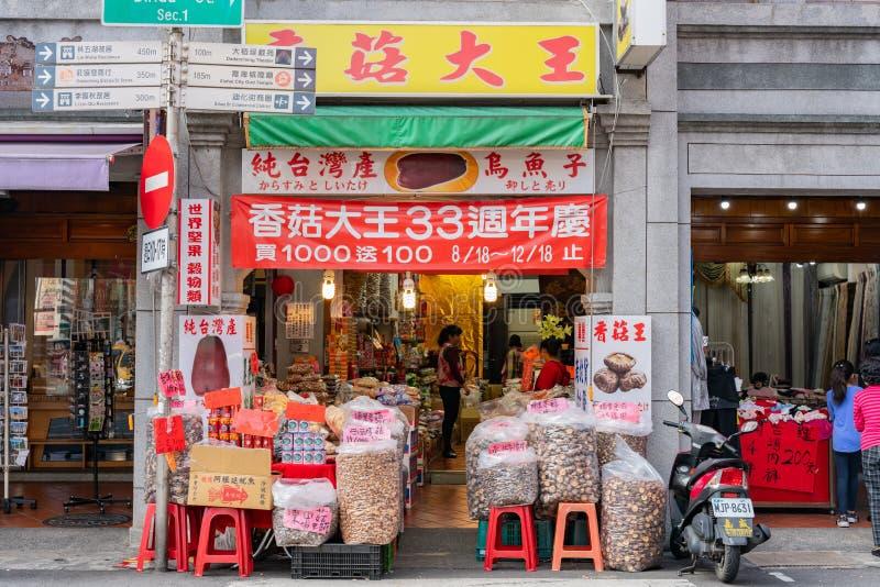 Vue extérieure magasin sec de champignon d'un bon à la rue de Dihua, Dadaocheng photographie stock libre de droits