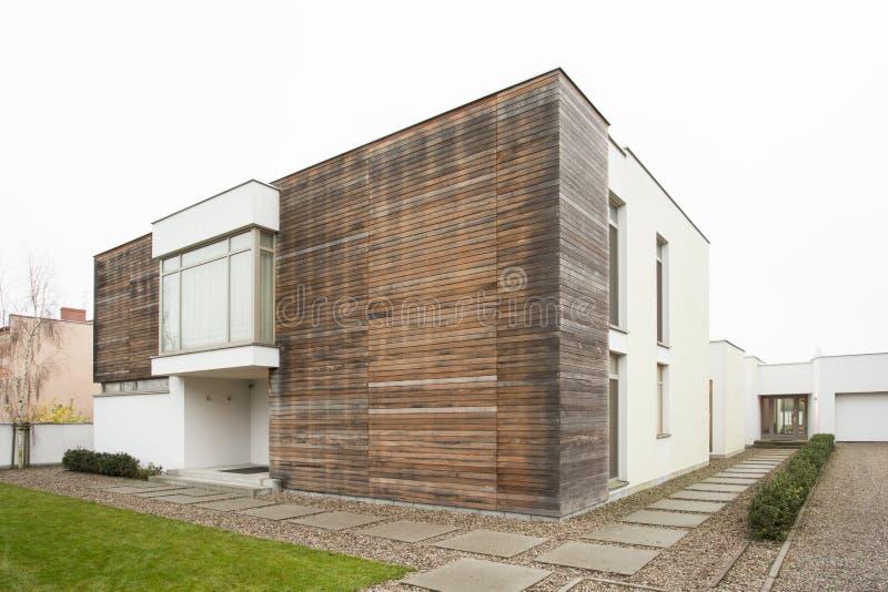 Vue externe de maison isolée photographie stock