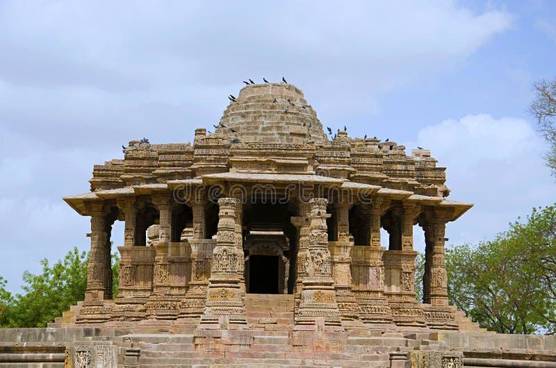 Vue externe du temple de Sun En 1026-27 ANNONCE construite pendant le règne de Bhima I de la dynastie de Chaulukya, Modhera, Mehs image stock