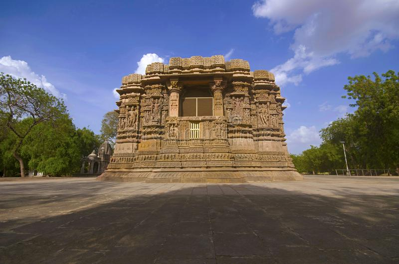 Vue externe du temple de Sun sur la banque de la rivière Pushpavati En 1026-27 ANNONCE construite, village de Modhera de secteur  image stock