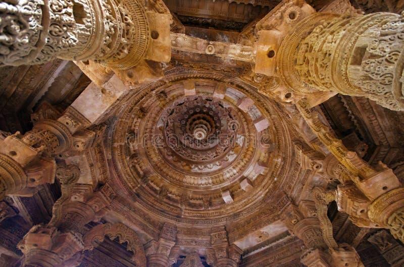 Vue externe du temple de Sun sur la banque de la rivière Pushpavati En 1026-27 ANNONCE construite, village de Modhera de secteur  photos stock