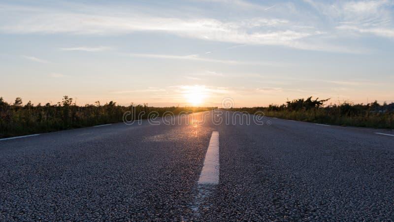 Vue extrême d'angle faible à une route goudronnée photographie stock
