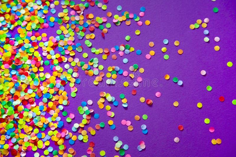 Vue faite de confettis colorés Fond lilas et violet photographie stock libre de droits