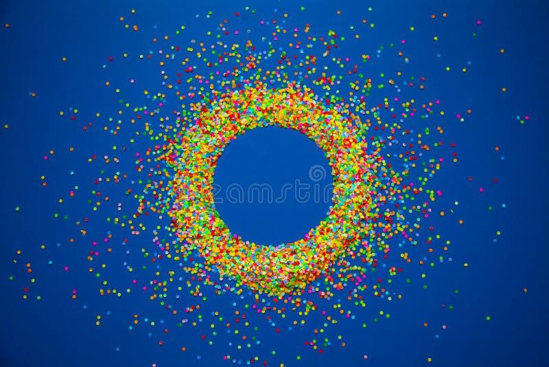Vue faite de confettis colorés Fond pour une carte d'invitation ou une félicitation photo stock