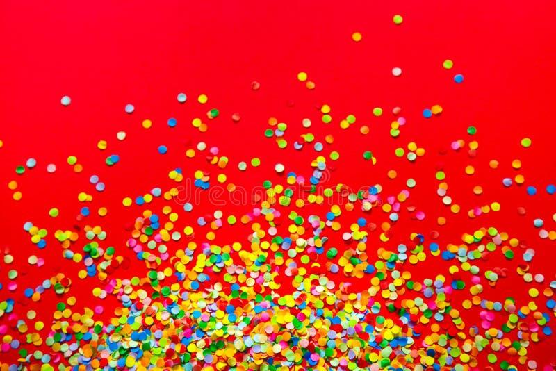 Vue faite de confettis colorés Fond rouge images libres de droits