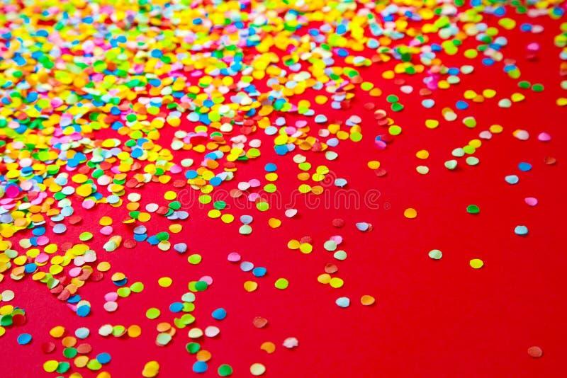 Vue faite de confettis colorés Fond rouge image libre de droits