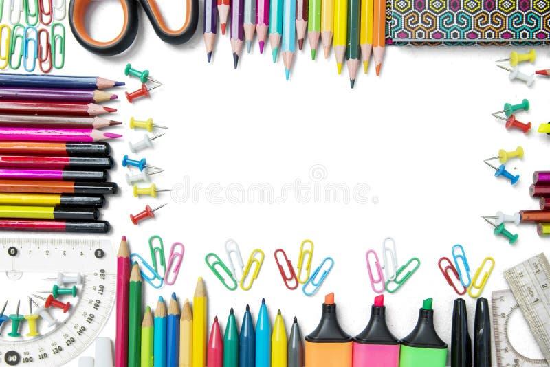 Vue faite de fournitures scolaires sur le fond blanc images libres de droits