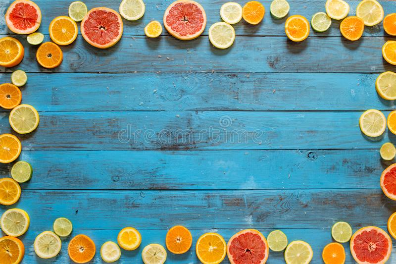 Vue faite de tranches d'agrumes sur les planches bleues photo libre de droits