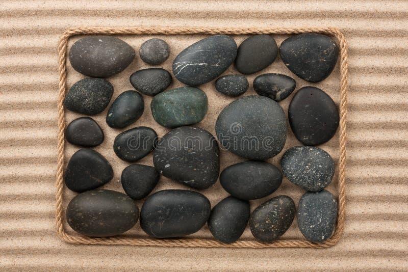 Download Vue Faite En Corde Avec Les Pierres Noires Image stock - Image du dunaire, forme: 56490893