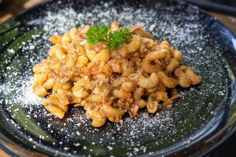 Vue faite maison cuite au four par classique de fromage de macaronis d'en haut images libres de droits