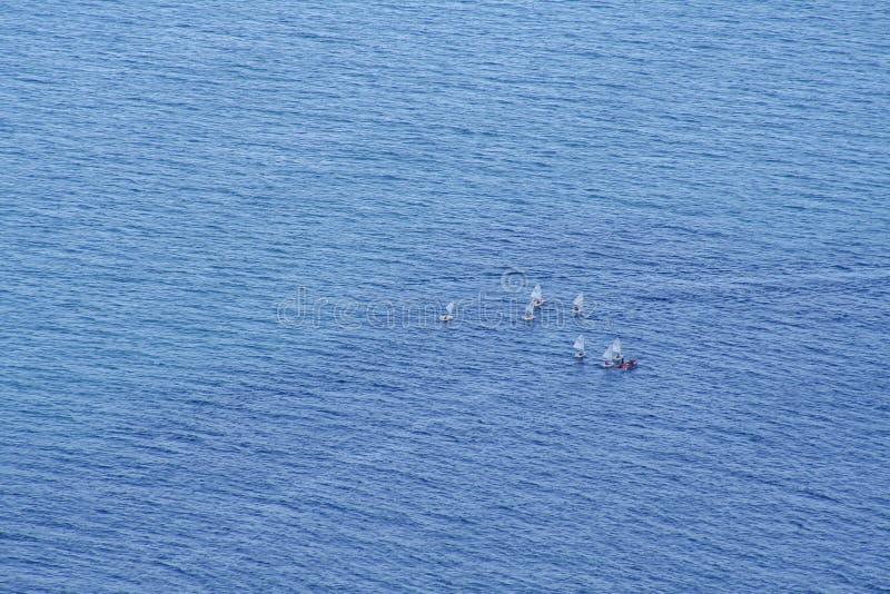 Vue fantastique de bateau à voile au-dessus la de la mer image stock