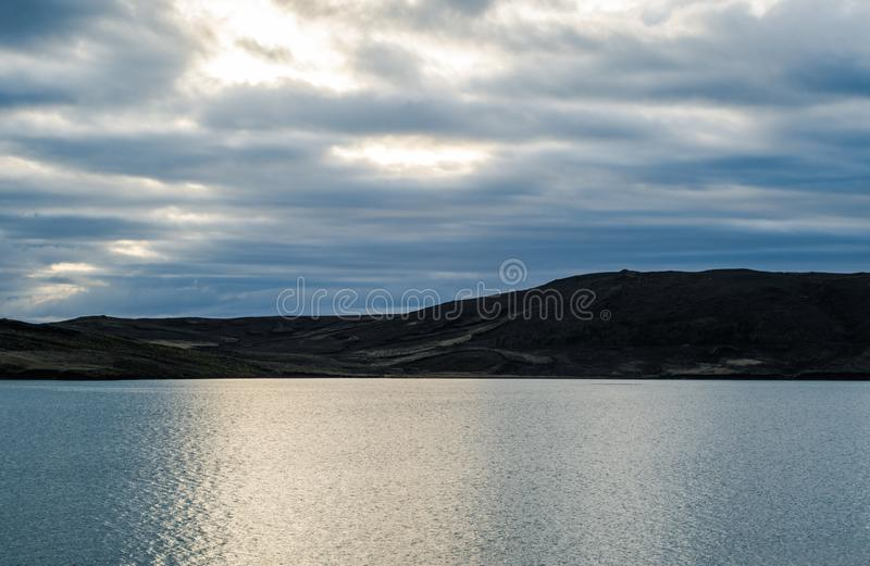 Vue fantastique de l'Islande au printemps Crépuscule lumineux des nuits blanches tôt au-dessus des paysages rêveurs photographie stock