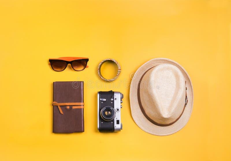 Vue flatlay d'accessoires de voyage photos stock