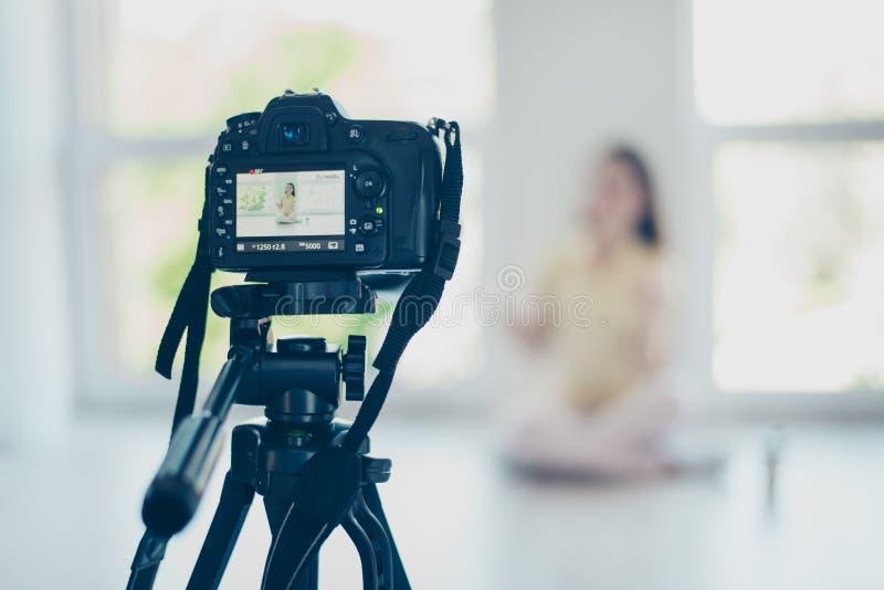Vue focalisée de caméra vidéo, joli blo de enregistrement de fille de brune photos stock