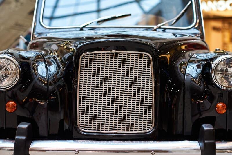 Vue frontale d'une voiture noire rétro Partie de la vieille voiture noire avec projecteur et grill avec radiateur chromé images stock