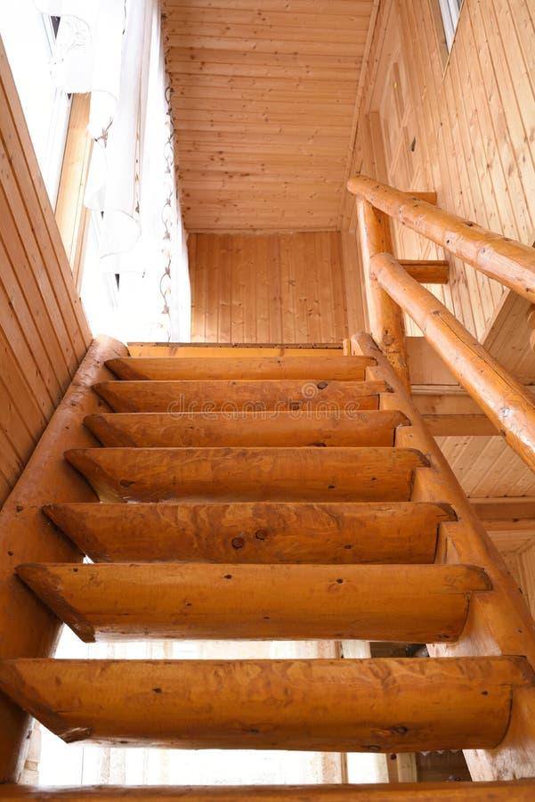 Vue frontale des escaliers en bois intérieurs rustiques photo libre de droits