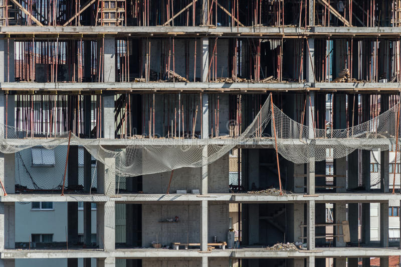 Vue frontale du bâtiment en construction au chantier de construction photographie stock libre de droits