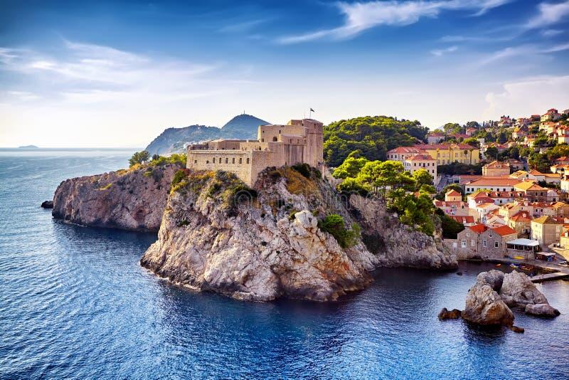 Vue générale de Dubrovnik - forteresses Lovrijenac et Bokar vus image stock