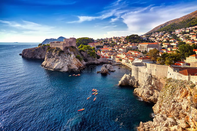 Vue générale de Dubrovnik - forteresses Lovrijenac et Bokar vus photo stock