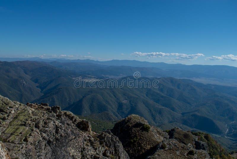 Vue gentille au-dessus des montagnes image stock