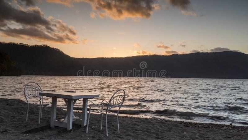 Vue gentille d'un bateau guidé croisant sur le lac Towadako d'automne photos libres de droits