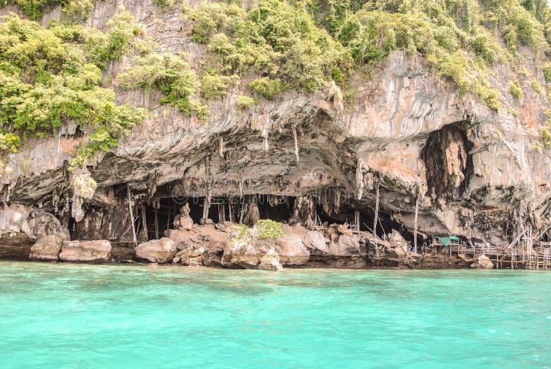 Vue gentille de caverne de Viking où les nids de l'oiseau sont rassemblés en île de Phi-Phi Leh dans Krabi, Thaïlande image libre de droits