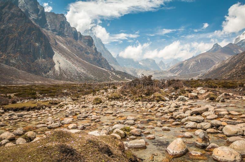 Vue gentille de courant et de montagnes dans le voyage Everest Népal photographie stock