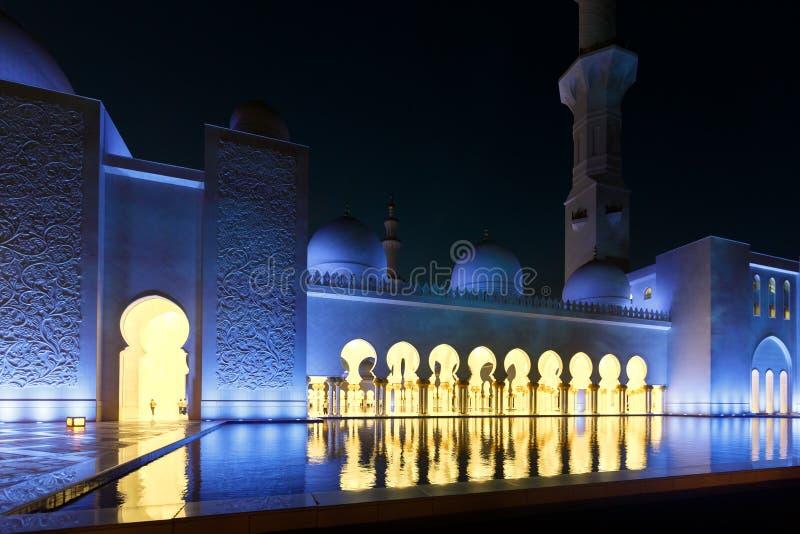 Vue gentille de nuit de bonne partie Sheikh Zayed Grand Mosque images libres de droits